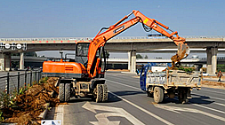 宝鼎小型挖掘机厂家助力新疆开发建设特推出高效车型