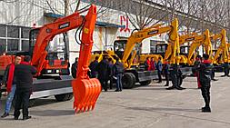 国产小型挖掘机市场鱼龙混杂,宝鼎挖掘机厂家提醒大家谨慎选购