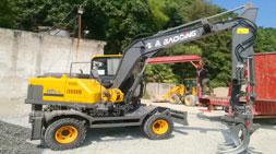 挖掘机抓木机坚持和选择同等重要